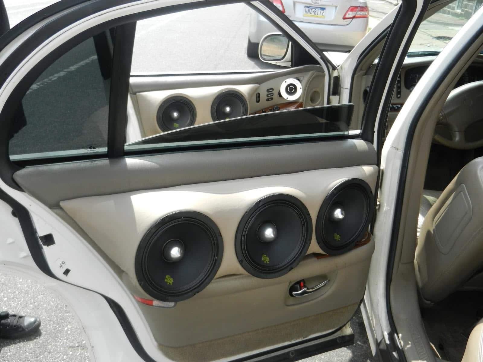 Необходимость тыловых динамиков авто-звука